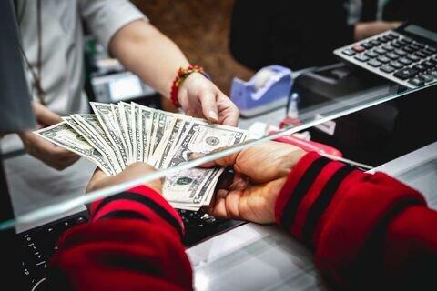 سیر نزولی قیمت ها در بازار سکه و ارز/ دلار از کانال ۲۷ هزار تومان خارج شد/ از سرگیری فروش ارز سهمیه ای در بازار