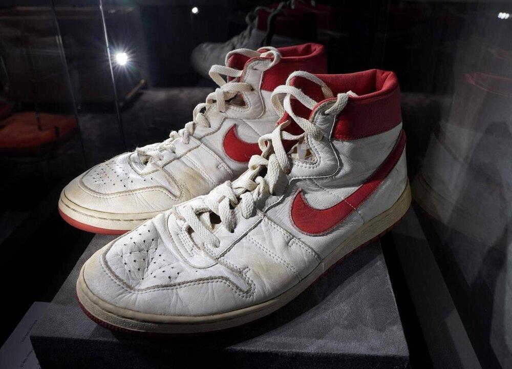 حراج کفش های ستاره سابق بسکتبال