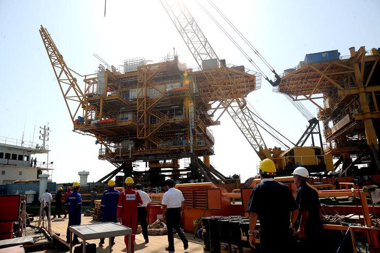 نصب دومین سکوی یک هزار تنی میدان نفتی هندیجان